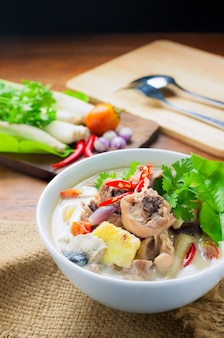 Hühnchen-kokosnusssuppe (tum kha kai thai food)