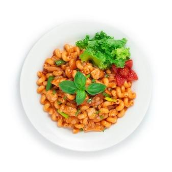 Hühnchen-makkaroni mit tomatensauce