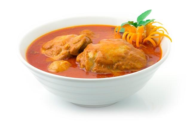 Hühnchen-massaman-curry mit zwiebeln, karotten und kartoffeln