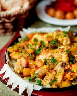 Hühnchen mit kartoffeln gekocht und mit gemüse serviert