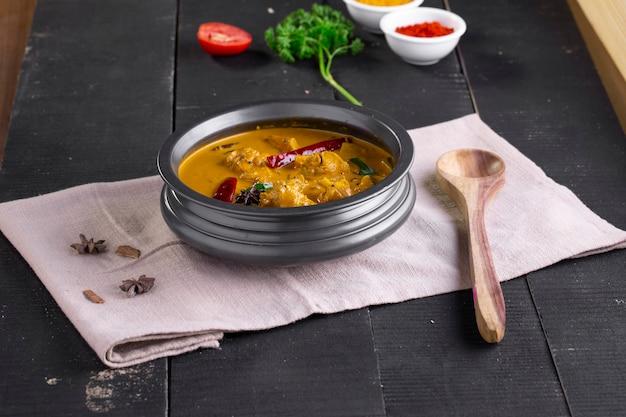 Hühnchen mit rohem bananencurry kochbananenwürziges hühnchen mit grüner banane schmackhafteres indisches gericht