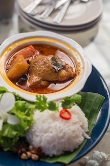 Hühnchen-mussaman-curry und reis im restaurant