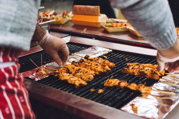 Hühnchen-satay grillen
