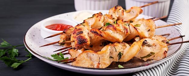 Hühnchen-schaschlik mit frischem gemüse
