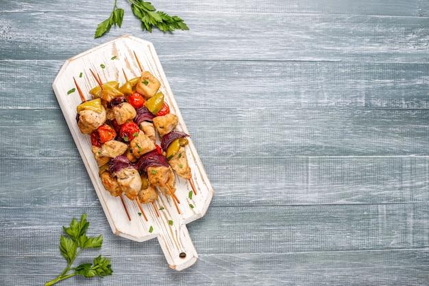 Hühnchen-schaschlik mit gemüse, ketchup, mayonnaise