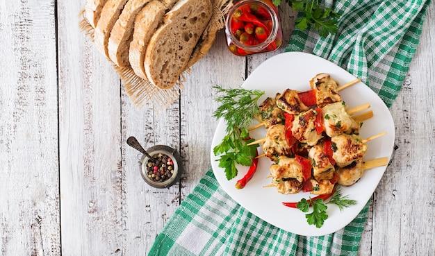 Hühnchen-schaschlik mit paprika. draufsicht