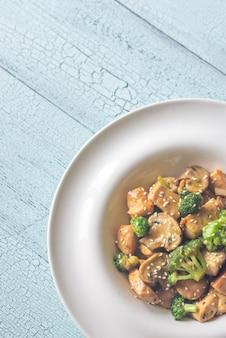 Hühnchen und brokkoli unter rühren braten