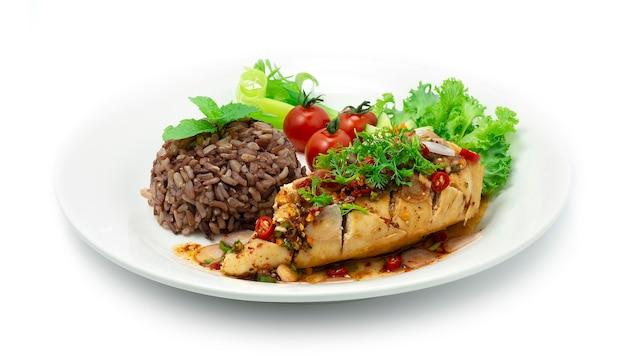 Hühnchen würziger salat serviert brauner reis thai northeast food style dekorieren sie geschnitzte gurken