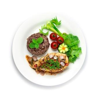 Hühnchen würziger salat serviert brauner reis thai northeast food style