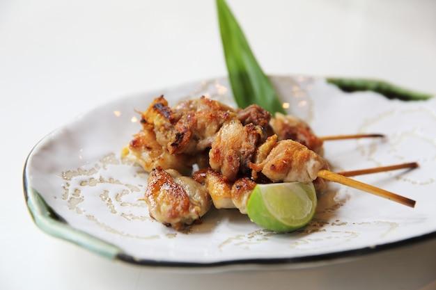 Hühnchen-yakitori mit salz, japanisches essen