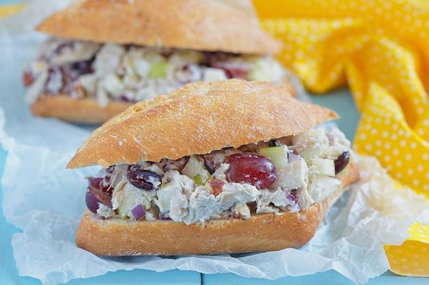 Hühnchensalat-sandwich mit griechischem joghurt