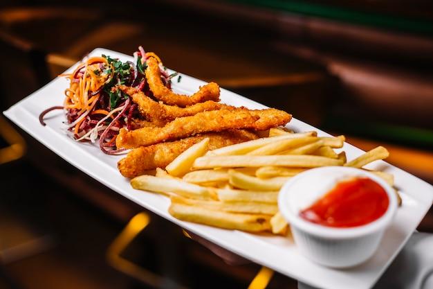 Hühnchenstäbchen mit pommes frites zwiebel petersilie kohl ketchup seitenansicht