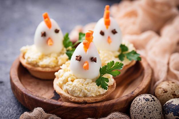 Hühner aus eiern. ostern vorspeisen für party