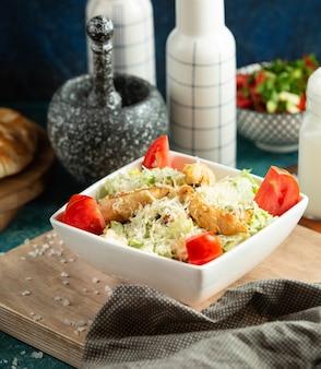 Hühner-caesar-salat auf dem tisch