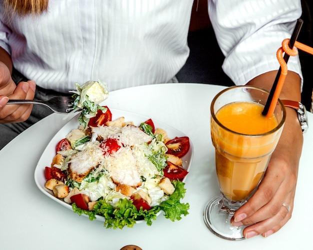Hühner-caesar-salat mit orangensaft