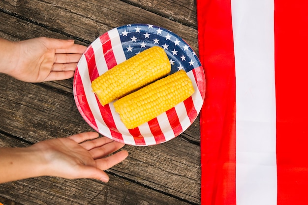 Hühneraugen auf platte mit amerikanischer flagge