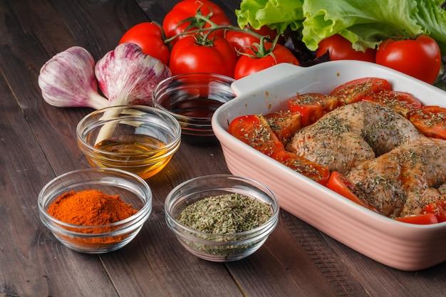 Hühnerbeine in der schüssel mit marinade