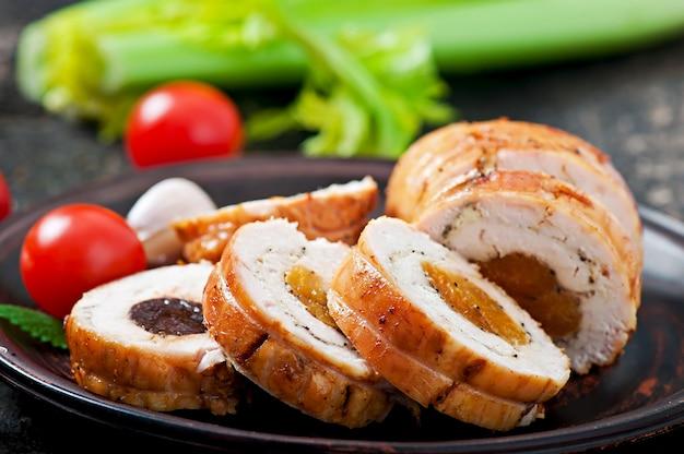 Hühnerbrötchen mit pflaumen und getrockneten aprikosen