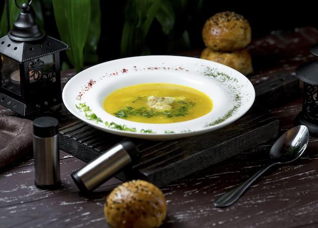 Hühnerbrühe suppe mit weißem fleisch im inneren und arten