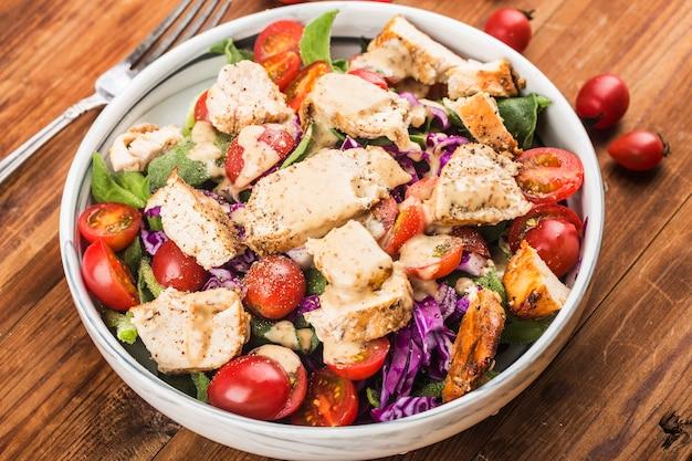 Hühnerbrust mit frischem salat gesundes mittagsmenü. diätessen.
