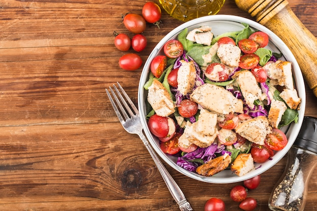 Hühnerbrust mit frischem salat. gesundes mittagsmenü. diätessen.
