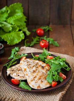 Hühnerbrust mit frischem salat - rucola und tomate