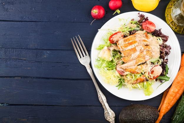 Hühnerbrust mit frischem salatgesundes mittagsmenü. diätessen.