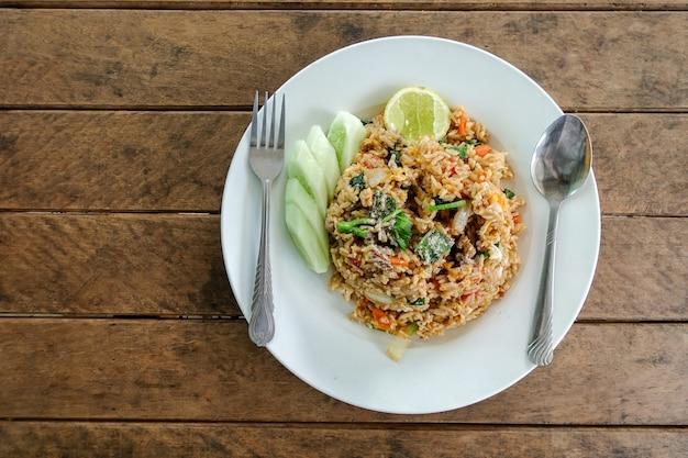 Hühnerei und gemüsekarotte des gebratenen reises chinesische kohlfrühlingszwiebel und -gurke auf platte