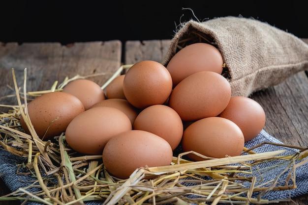 Hühnereier auf einen strohhalm gelegt