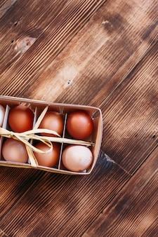Hühnereier auf holzuntergrund