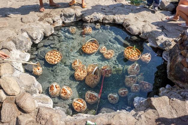 Hühnereier im korb von touristen gekocht in mineral- und natürlichem heißem wasser im chae son nationalpark, lampang, thailand.