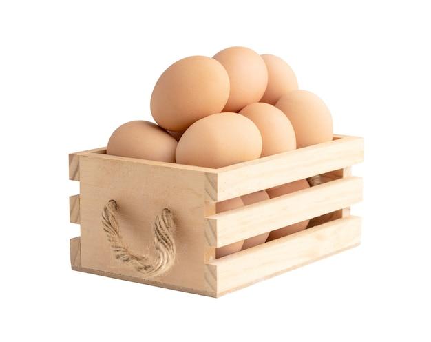 Hühnereier in der holzkiste lokalisiert auf der weißen oberfläche mit beschneidungspfaden