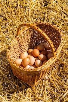 Hühnereier in einem korb