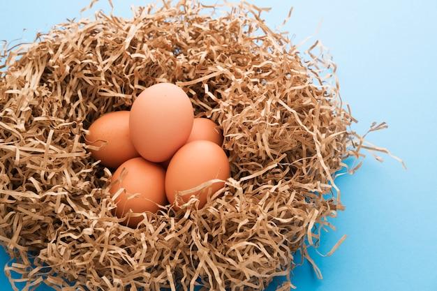 Hühnereier in einem nest aus papier