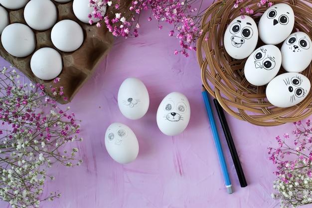 Hühnereier mit bleistift und marker gemalt.