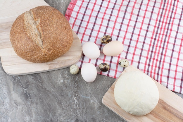 Hühnereier mit wachteleiern und teig auf tischdecke. foto in hoher qualität