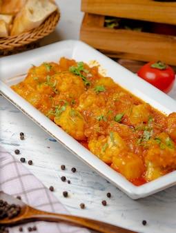 Hühnereintopfmahlzeit in der tomaten- und zwiebelsoße