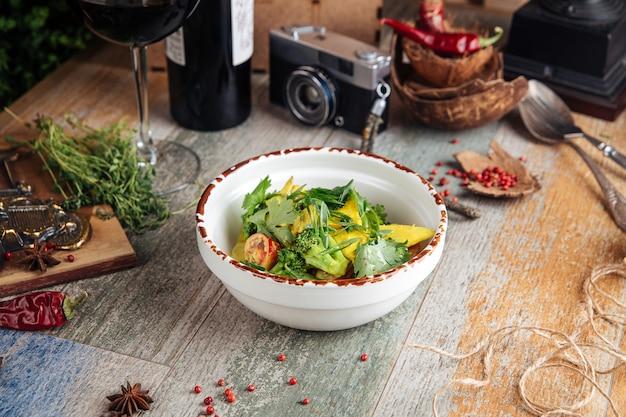 Hühnerfilet cremige sauce mit brokkoli-tomaten