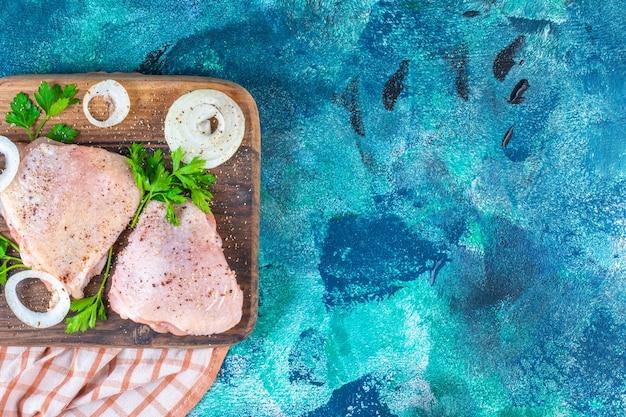 Hühnerfleisch auf einem schneidebrett auf dem geschirrtuch