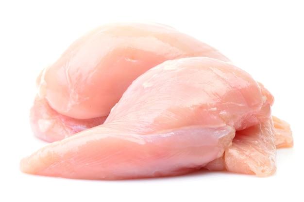 Hühnerfleisch auf einem weißen hintergrund
