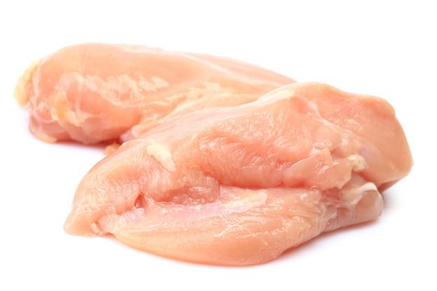 Hühnerfleisch auf weißem hintergrund