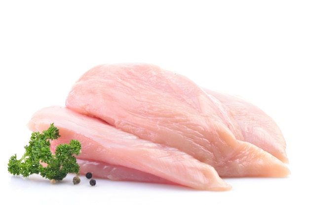 Hühnerfleisch auf weißer oberfläche