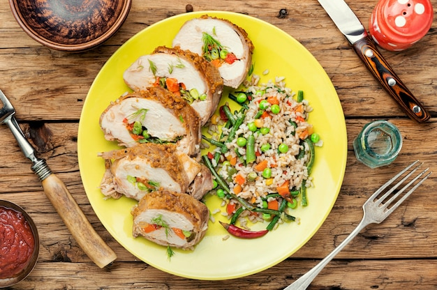Hühnerfleisch gefüllt mit gemüse