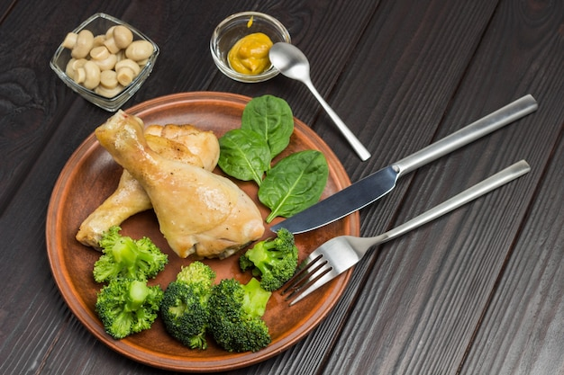 Hühnerfleisch mit brokkoli und spinat auf keramikplatte