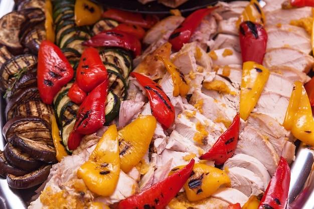 Hühnerfleisch mit gegrilltem gemüse auberginen zucchini paprika sind rot und gelb