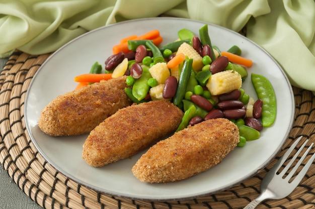 Hühnerfleischbällchen mit gemüse: bohnen, erbsen, mais und