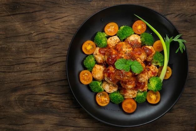 Hühnerfleischbällchen mit tomatensauce gesundes gericht