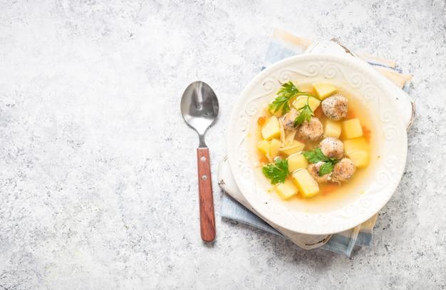Hühnerfleischbällchen suppe