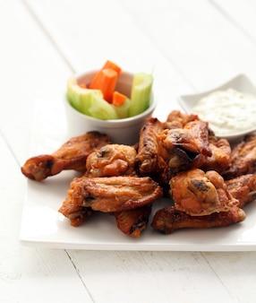 Hühnerflügel mit soße und gemüse