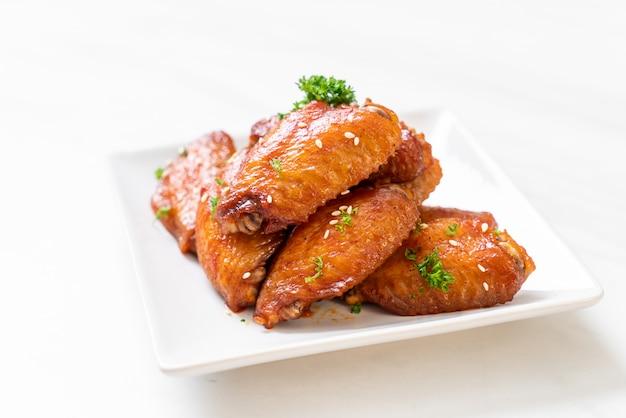 Hühnerflügel mit weißem sesam grillen